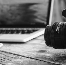 SAE Institute München - Fotokamera vor Laptop schwarz weiss  - Digital Film Production
