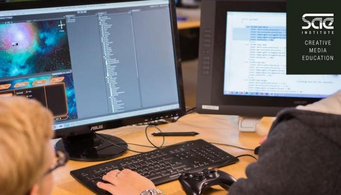 SAE Institute München - Zwei Studenten vor zwei Bildschirmen - Games Programming