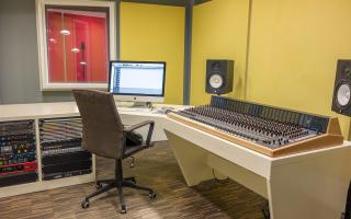Studio Yellow - Analogue Recording // 32 Channel Oram T32 Console